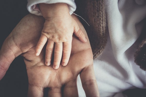 Pracujúci otcovia sa hnevajú, že im Sociálna poisťovňa zamieta materské.