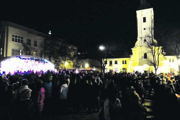Atmosféra minuloročných vianočných trhov v Nových Zámkoch.