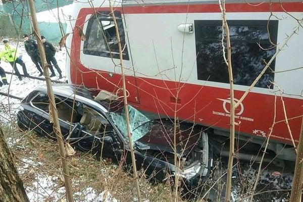 Vlak tlačil auto asi 100 metrov.