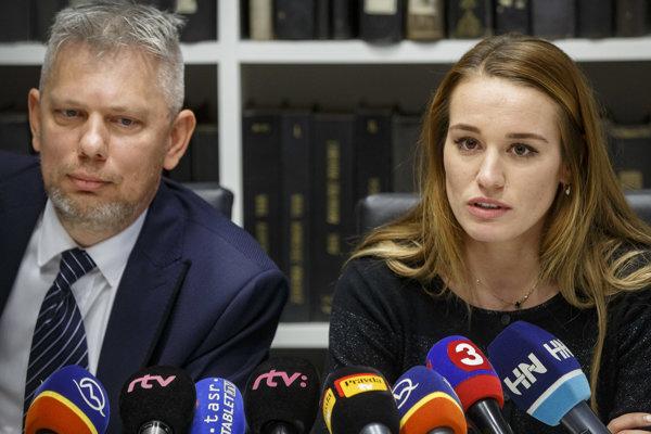 Zľava: Advokát Peter Haňdiak a slovenská reprezentantka v biatlone Paulína Fialková počas tlačovej konferencie vo veci sporu medzi Slovenským zväzom biatlonu (SZB) a sestrami Fialkovými.