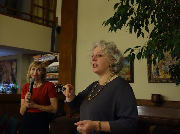Elizabeth Gabay – master of wine (vpravo).
