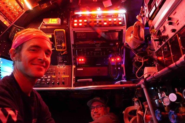 Brett Baker (vľavo) a pilot Jefferson Grau (vpravo) v ponorke Alvin.