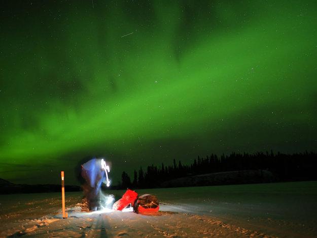 V noci mu cestu osvetľovala polárna žiara.