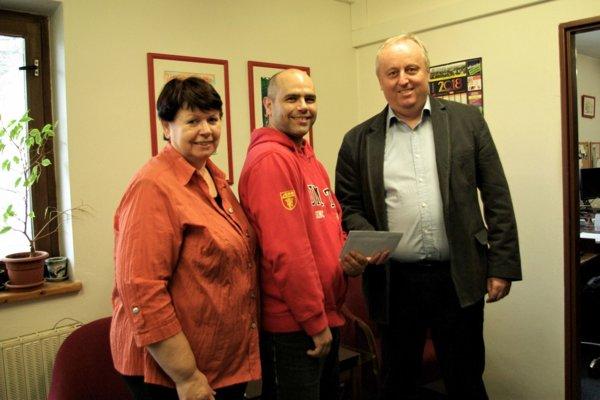 Milanovi Greňovi (v strede) zagratuloval kvíťazstvu primátor Turčianskych Teplíc Igor Hus ašéfredaktorka MY Turčianske noviny Viera Legerská.