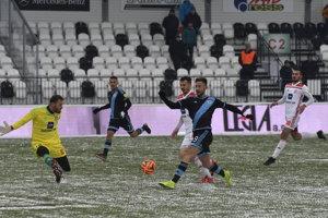 Andraž Šporar (vpravo) zo Slovana sa dostáva do veľkej šance.