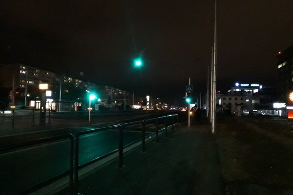 Ulica ponorená do tmy.