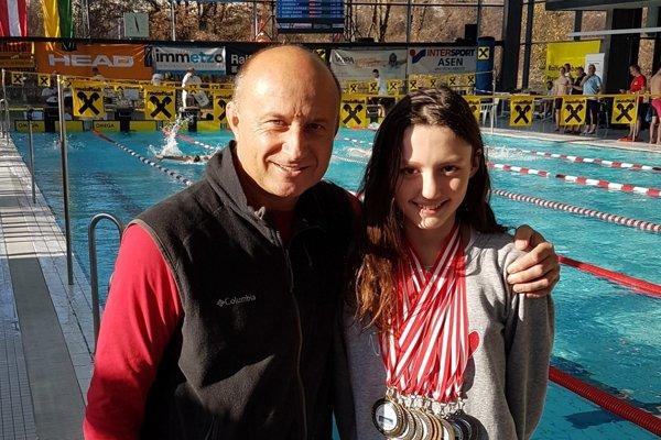 Miriama Szászová smnožstvom získaných medailí vspoločnosti svojho trénera Michala Knihára.