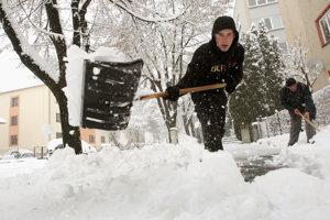 Doteraz si chodníky od snehu čistili ľudia. Ilustračné foto.