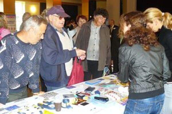 Počas diabetického dňa si návštevníci so záujmom prezerali vystavované produkty.