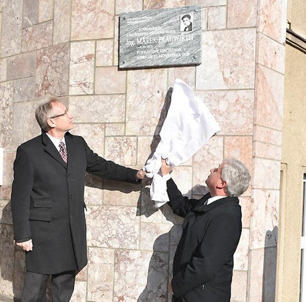 Tabuľu na budove školy odhalili Jozef Leikert (vľavo) a Dušan Šoltés.
