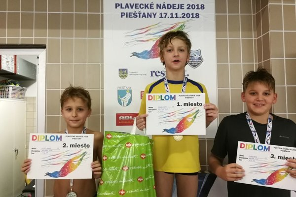 Martin Černý (v strede) získal dve zlaté a jednu striebornú medailu.