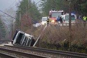 Doprava vlasom bola na trati Žilina- Bratislava zablokovaná pre nehodu. Auto pri nej skončilo na koľajniciach.