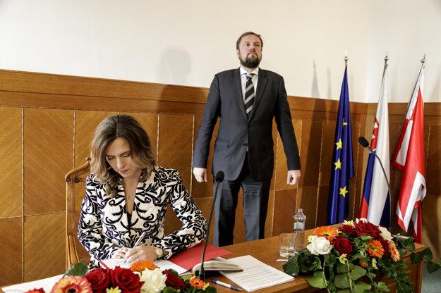 Novozvolená starostka Zuzana Aufrichtová a jej predchodca Radoslav Števčík