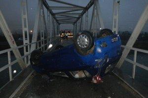 Dopravná nehoda na moste cez Váh v Dubnici nad Váhom.