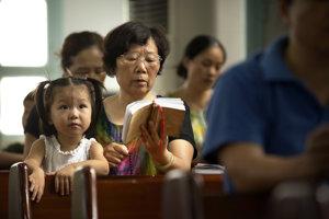 Katolícka omša v dedine Dafei na východe Číny.