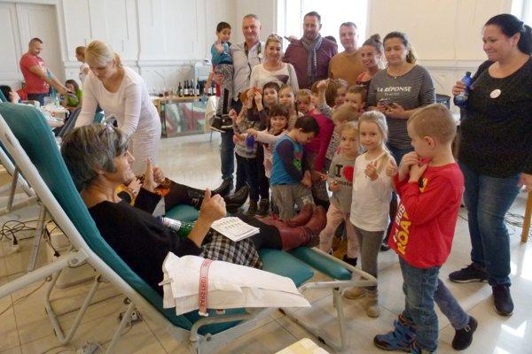Na odber krvi v rámci Poslaneckej kvapky krvi 2018 sa prišli pozrieť deti z MŠ na Hviezdoslavovej ulici.