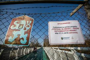   Symbolické hraničné zátarasy na Cyklomoste slobody počas Víkendu zatvorených hraníc.