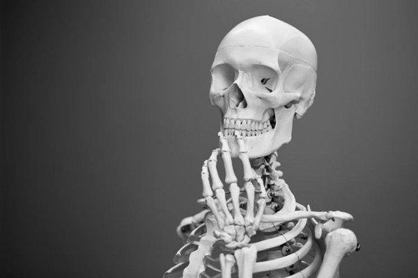 Ako dlhé sedenie vplýva na ľudské kosti.