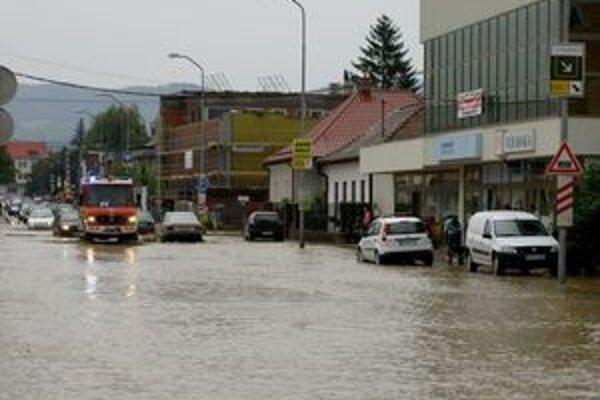 Rozvodnené potôčiky a rieky zaliali aj ulice  miest a obcí Hornej Nitry.
