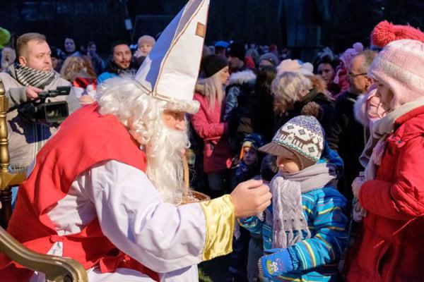 Deti dostali od Mikuláša sladkú odmenu.