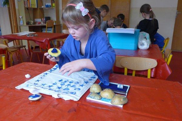 Deti sa venovali aj modrotlači.