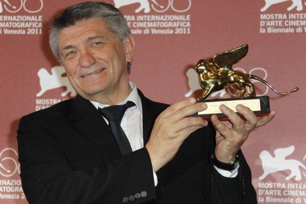 Ruský režisér Alexander Sokurov drží Zlatého leva za najlepší film s názvom Faust  počas 68. ročníka Medzinárodného filmového festivalu 10. septembra 2011 v Benátkach.