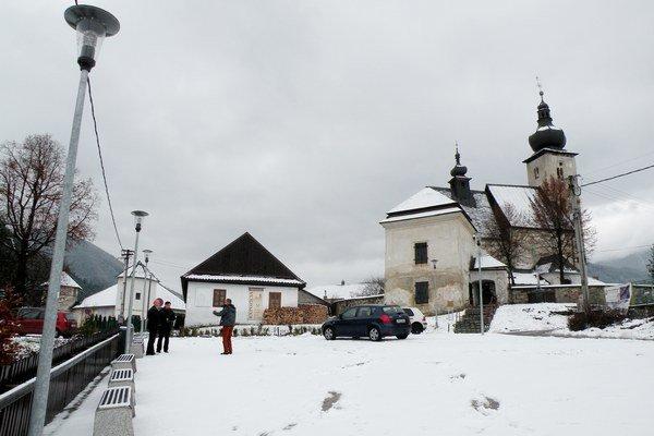 Nová podoba malého námestia sa ľuďom z obce, ktorí prišli na stretnutie, páči.
