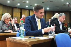 V žiarskom zastupiteľtsve sú skúsení aj noví poslanci. V popredí nováčik Tomáš Fábry.