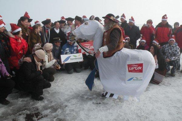 Sezónu na Chopku otvorili folkloristi, lyžiari a známy Tatranec Miro Kasprzyk.