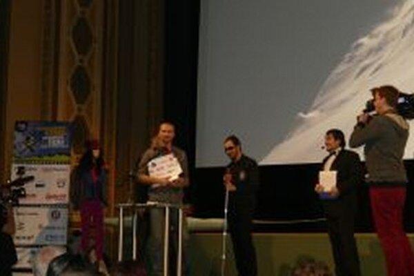 Rasťo Hatiar (štvrtý sprava) získal cenu Grand prix na medzinárodnom festivale outdoorových filmov.