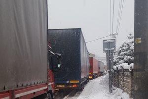 Dopravná situácia vo Svrčinovci je opäť kritická.