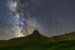 Dvojhodinová expozícia meteorického roja Perzeidy.