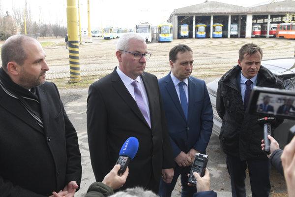 Na snímke zľava primátor Košíc Jaroslav Polaček, generálny riaditeľ DPMK Vladimír Padyšák, predseda predstavenstva Marcel Čop a člen predstavenstva Jozef Gima.