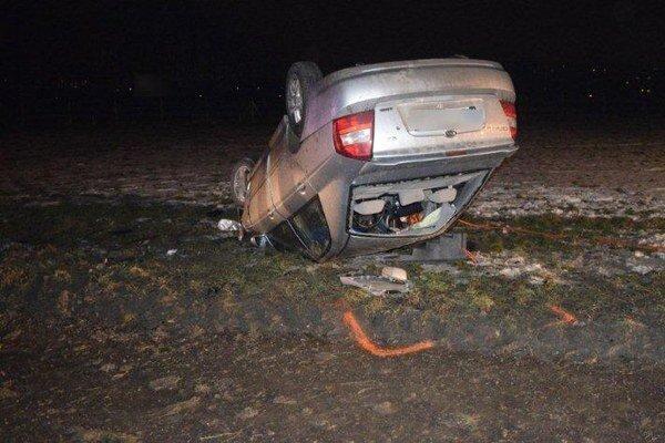 Spolujazdec zomrel na mieste, vodiča hospitalizovali s ťažkými zraneniami v nemocnici.