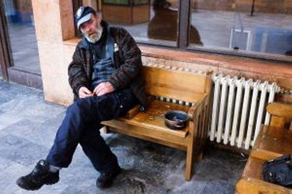 Makarón skončil s hokejom, prišiel o prácu aj bývanie. Zvyčajne v zime býva v azylovom dome, v lete si hľadá fušky, niekedy aj s ubytovaním.