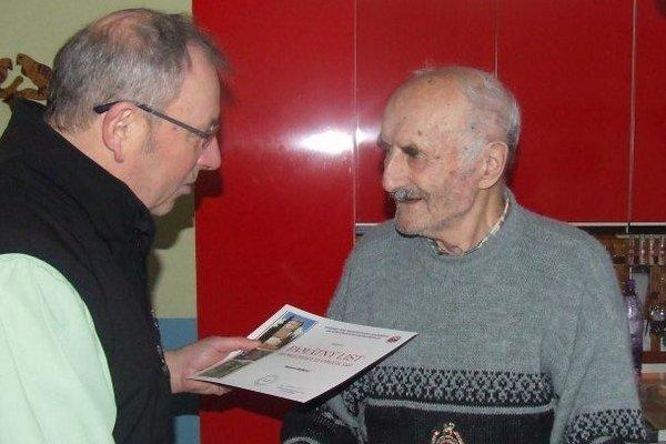 Petrovi Beťkovi z poverenia Oblastného výboru SZPB v Liptovskom Mikuláši odovzdal starosta obce Pavel Beťko pamätný list ako poďakovanie za boj proti fašizmu a ocenenie za dlhoročnú, záslužnú a obetavú prácu v prospech SZPB.