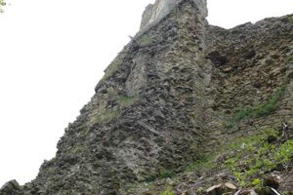 Ruiny hradu osvietia v piatok o 22. hodine.