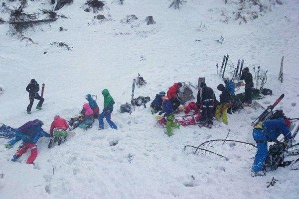 Pri lyžovaní vo voľnom teréne v dolnej časti Májovej muldy, silný nárazový vietor zvalil na troch Poliakov strom.