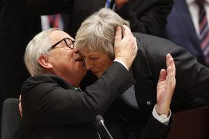 Predseda Európskej komisie Jean Claude Juncker a britská prremiérka Theresa mayová.
