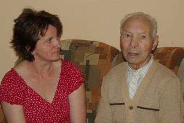 Storočný oslávenec s vnučkou.