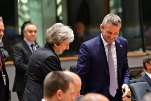Britská premiérka Theresa Mayová a slovenský premiér Peter Pellegrini.