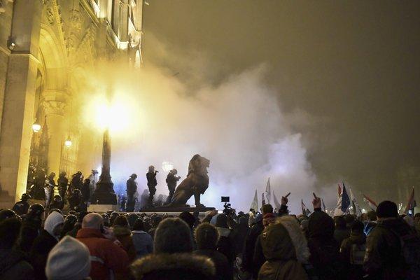 Protestujúci počas demonštrácie proti novele zákonníka práce, pred budovou parlamentu 13. decembra 2018 v Budapešti.