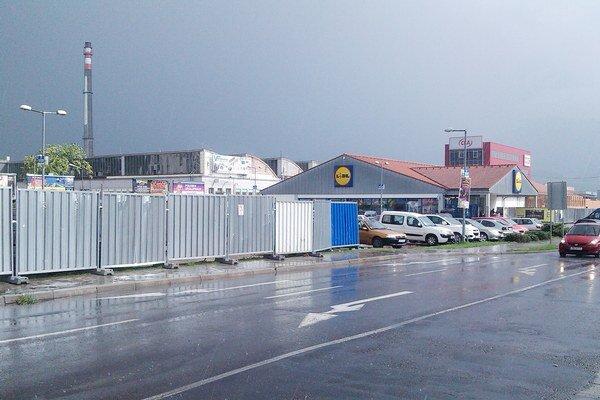 Parkovisko sa pre stavebné úpravy zmenšilo o polovicu.