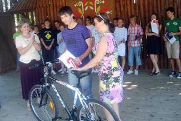 Odmena.Najlepší žiak školy, Jakub Mojto, sa teší z nového bicykla.