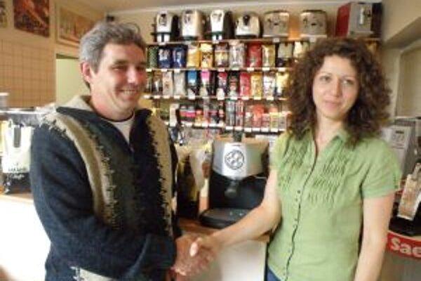 Výherca Emil Kubiš s majiteľkou Jankou Babčanovou, od ktorej dostal prvú cenu - prístroj na prípravu kávy.