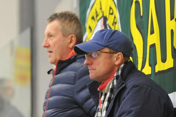 Manažér Šarišanky J. Sabol (v popredí s čiapkou) predpokladá, že vo finále sa stretne Prešov s Popradom.