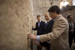 Izraelský premiér Benjamin Netanjahu (v strede) a jeho syn Jair (v popredí).