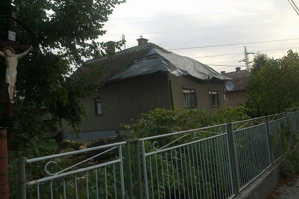 Vietor vyvracal stromy. Lipa nezvládla silné nárazy, zlomila sa a spadla na blízky rodinný dom.