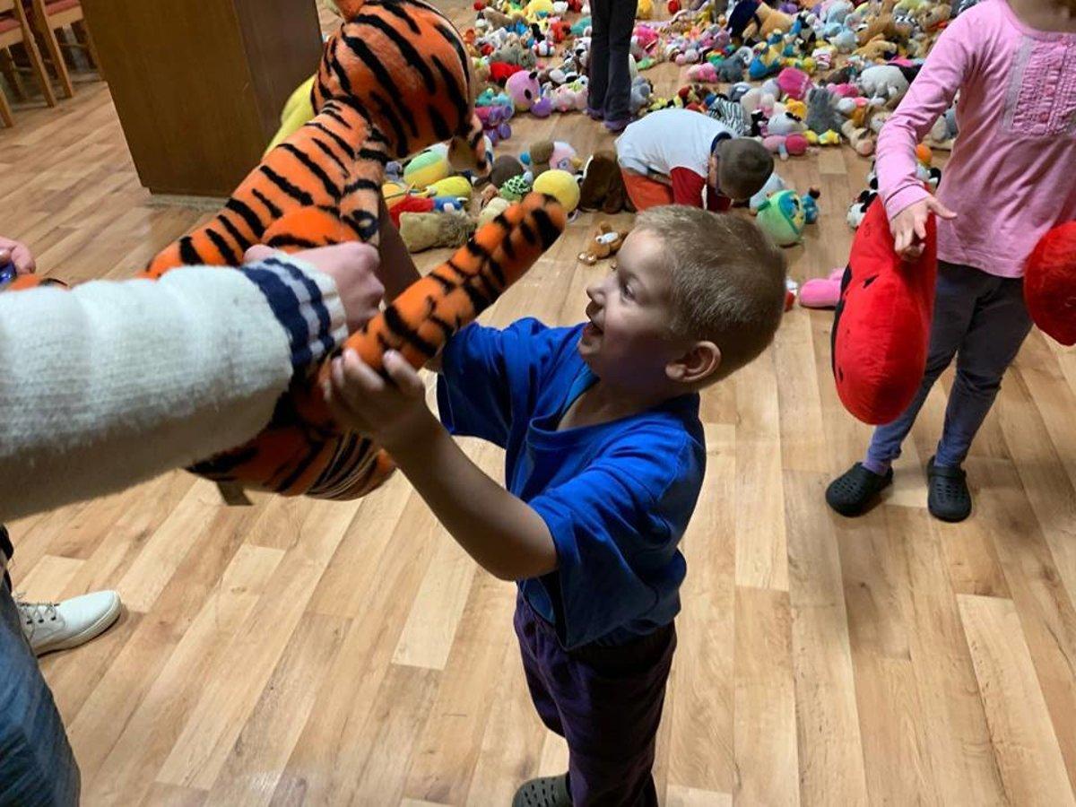 2b0fbf0f7b2a Deti z detského domova v Klobušiciach mali z plyšových hračiek veľkú radosť.