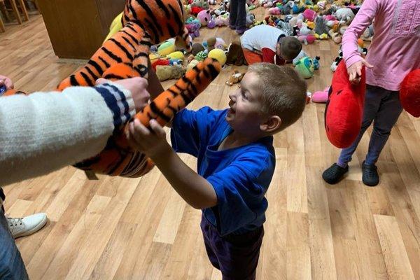Deti z detského domova v Klobušiciach mali z plyšových hračiek veľkú radosť.